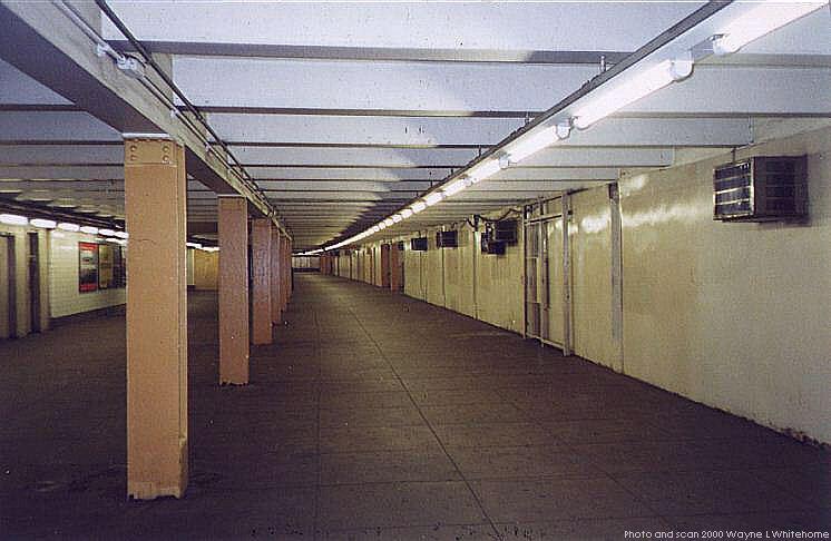 (60k, 746x486)<br><b>Country:</b> United States<br><b>City:</b> New York<br><b>System:</b> New York City Transit<br><b>Line:</b> IND Queens Boulevard Line<br><b>Location:</b> Queens Plaza <br><b>Photo by:</b> Wayne Whitehorne<br><b>Date:</b> 12/11/1999<br><b>Notes:</b> Mezzanine<br><b>Viewed (this week/total):</b> 12 / 3095