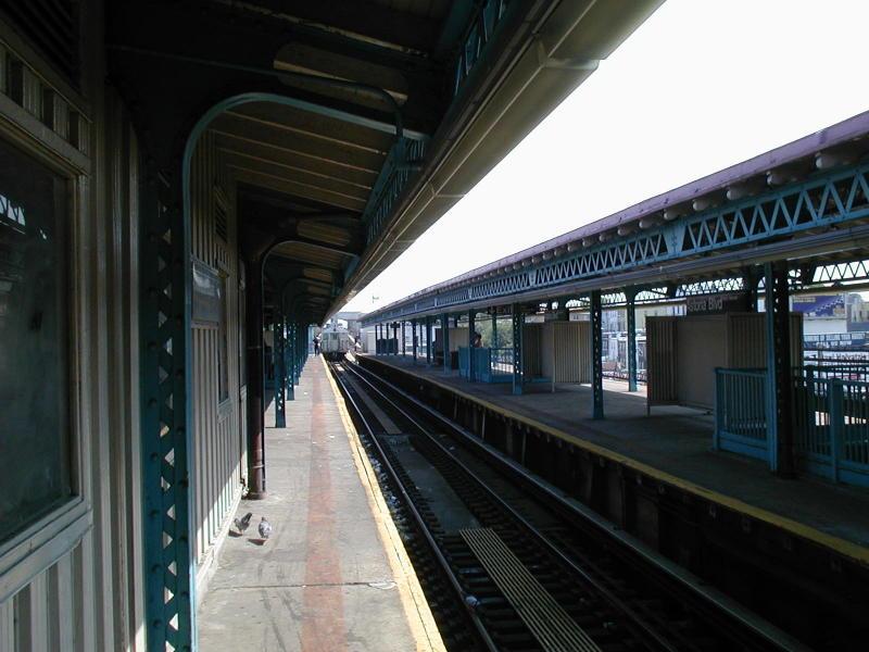 (79k, 800x600)<br><b>Country:</b> United States<br><b>City:</b> New York<br><b>System:</b> New York City Transit<br><b>Line:</b> BMT Astoria Line<br><b>Location:</b> Astoria Boulevard/Hoyt Avenue <br><b>Route:</b> N<br><b>Photo by:</b> Todd Glickman<br><b>Date:</b> 8/10/2000<br><b>Viewed (this week/total):</b> 4 / 2864