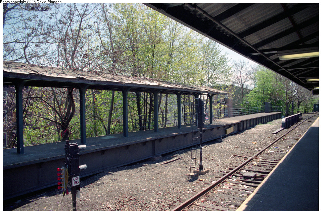(338k, 1044x697)<br><b>Country:</b> United States<br><b>City:</b> New York<br><b>System:</b> New York City Transit<br><b>Line:</b> BMT Franklin<br><b>Location:</b> Franklin Avenue <br><b>Route:</b> Franklin Shuttle<br><b>Photo by:</b> David Pirmann<br><b>Date:</b> 4/26/1997<br><b>Viewed (this week/total):</b> 0 / 4029