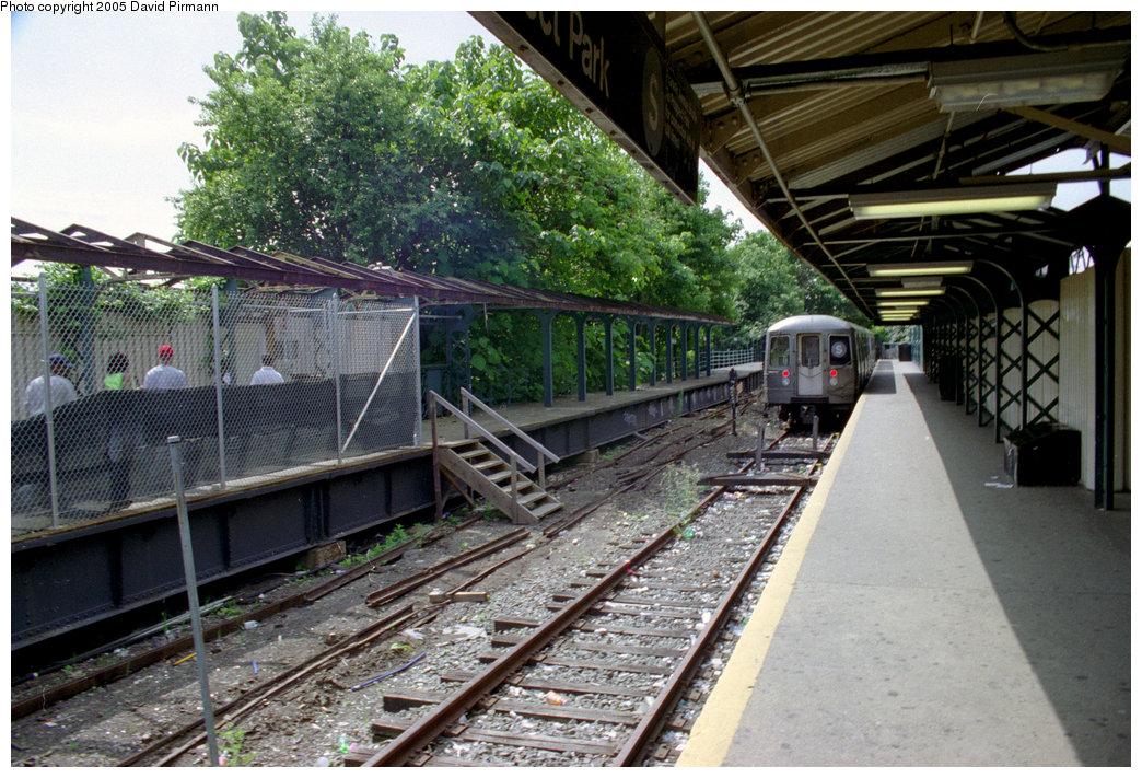 (266k, 1044x711)<br><b>Country:</b> United States<br><b>City:</b> New York<br><b>System:</b> New York City Transit<br><b>Line:</b> BMT Franklin<br><b>Location:</b> Franklin Avenue <br><b>Route:</b> Franklin Shuttle<br><b>Photo by:</b> David Pirmann<br><b>Date:</b> 7/18/1998<br><b>Viewed (this week/total):</b> 1 / 6666