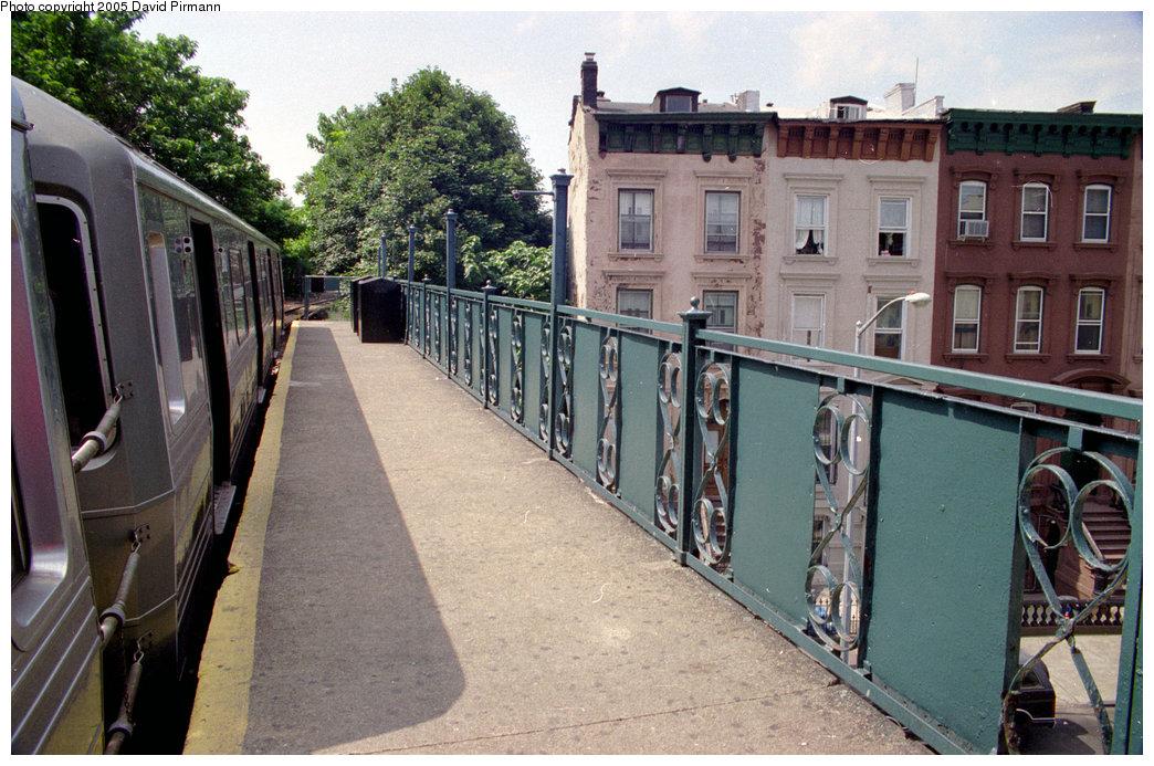 (235k, 1044x693)<br><b>Country:</b> United States<br><b>City:</b> New York<br><b>System:</b> New York City Transit<br><b>Line:</b> BMT Franklin<br><b>Location:</b> Franklin Avenue <br><b>Route:</b> Franklin Shuttle<br><b>Photo by:</b> David Pirmann<br><b>Date:</b> 7/18/1998<br><b>Viewed (this week/total):</b> 0 / 4090