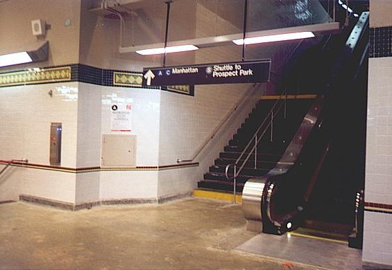 (33k, 565x390)<br><b>Country:</b> United States<br><b>City:</b> New York<br><b>System:</b> New York City Transit<br><b>Line:</b> BMT Franklin<br><b>Location:</b> Franklin Avenue <br><b>Route:</b> Franklin Shuttle<br><b>Photo by:</b> Trevor Logan<br><b>Date:</b> 1999<br><b>Viewed (this week/total):</b> 2 / 4973