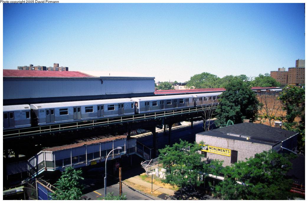 (203k, 1044x688)<br><b>Country:</b> United States<br><b>City:</b> New York<br><b>System:</b> New York City Transit<br><b>Line:</b> BMT Nassau Street/Jamaica Line<br><b>Location:</b> Broadway/East New York (Broadway Junction) <br><b>Car:</b> R-42 (St. Louis, 1969-1970)  4827 <br><b>Photo by:</b> David Pirmann<br><b>Date:</b> 8/1/1998<br><b>Viewed (this week/total):</b> 3 / 4607