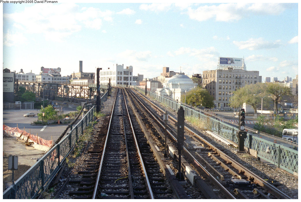 (241k, 1044x702)<br><b>Country:</b> United States<br><b>City:</b> New York<br><b>System:</b> New York City Transit<br><b>Line:</b> BMT Nassau Street/Jamaica Line<br><b>Location:</b> Williamsburg Bridge<br><b>Photo by:</b> David Pirmann<br><b>Date:</b> 9/24/1995<br><b>Notes:</b> Heading west up the Williamsburg Bridge approach<br><b>Viewed (this week/total):</b> 0 / 4046