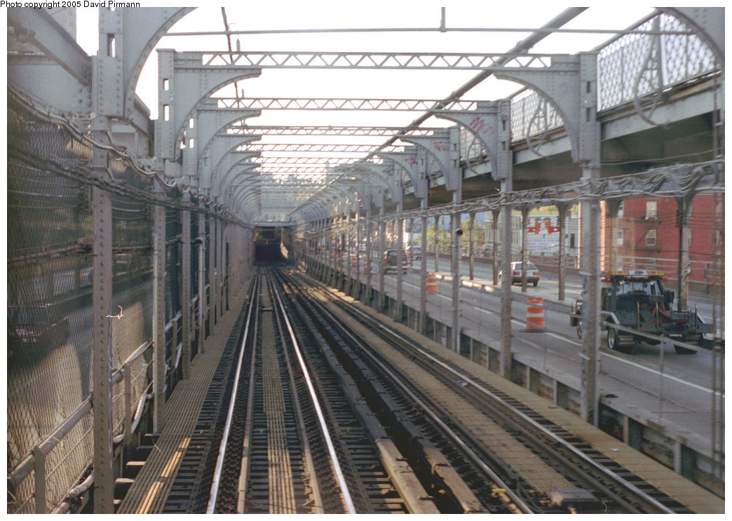 (222k, 1044x743)<br><b>Country:</b> United States<br><b>City:</b> New York<br><b>System:</b> New York City Transit<br><b>Line:</b> BMT Nassau Street/Jamaica Line<br><b>Location:</b> Williamsburg Bridge<br><b>Photo by:</b> David Pirmann<br><b>Date:</b> 9/24/1995<br><b>Notes:</b> Manhattan end, tunnel entrance<br><b>Viewed (this week/total):</b> 0 / 2623