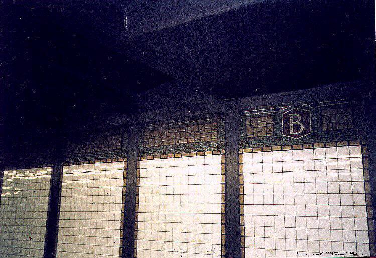 (108k, 749x513)<br><b>Country:</b> United States<br><b>City:</b> New York<br><b>System:</b> New York City Transit<br><b>Line:</b> BMT Canarsie Line<br><b>Location:</b> Bedford Avenue <br><b>Route:</b> L<br><b>Photo by:</b> Wayne Whitehorne<br><b>Date:</b> 9/14/1997<br><b>Viewed (this week/total):</b> 1 / 2876