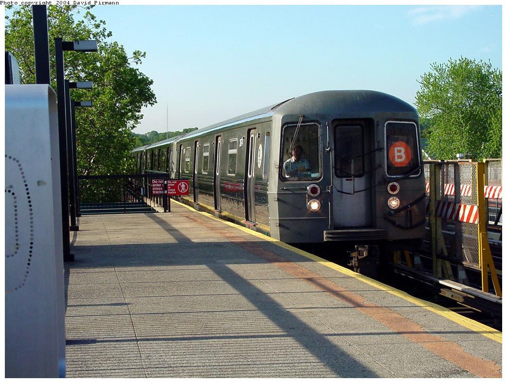(164k, 1044x788)<br><b>Country:</b> United States<br><b>City:</b> New York<br><b>System:</b> New York City Transit<br><b>Line:</b> BMT West End Line<br><b>Location:</b> Fort Hamilton Parkway <br><b>Route:</b> B<br><b>Car:</b> R-68 (Westinghouse-Amrail, 1986-1988)  25xx <br><b>Photo by:</b> David Pirmann<br><b>Date:</b> 5/31/2000<br><b>Viewed (this week/total):</b> 2 / 5013