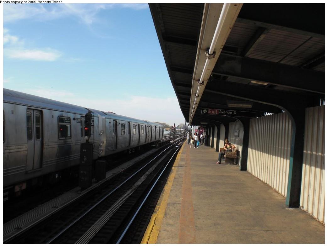 (183k, 1044x788)<br><b>Country:</b> United States<br><b>City:</b> New York<br><b>System:</b> New York City Transit<br><b>Line:</b> BMT Culver Line<br><b>Location:</b> Avenue X<br><b>Photo by:</b> Roberto C. Tobar<br><b>Date:</b> 4/25/2009<br><b>Notes:</b> Platform view.<br><b>Viewed (this week/total):</b> 1 / 885