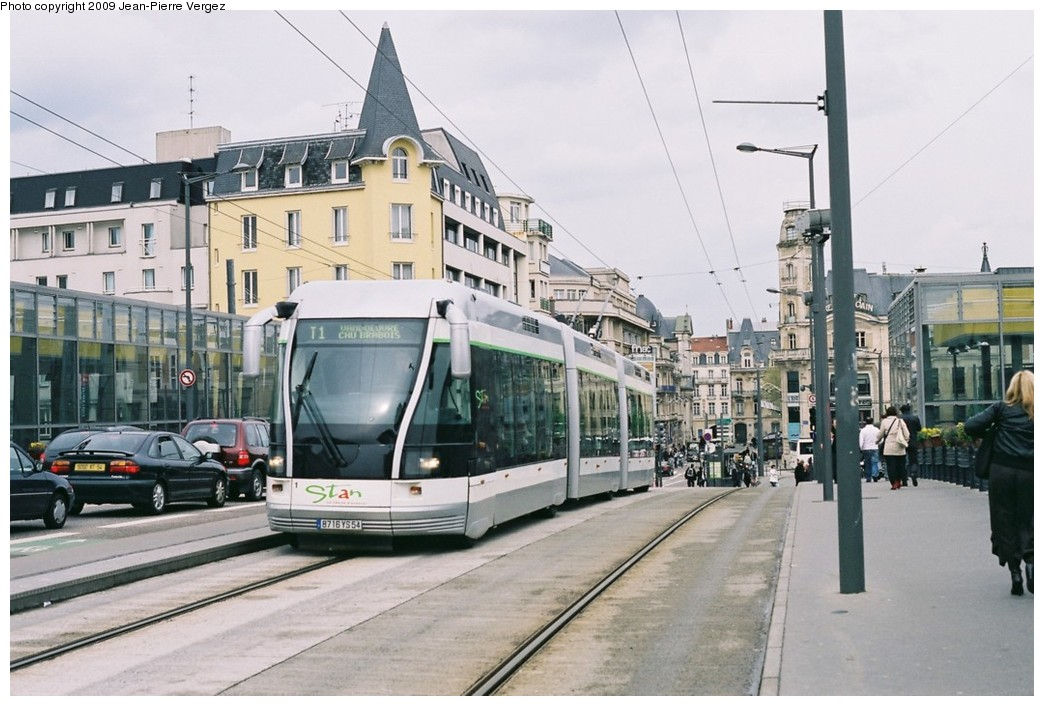 (182k, 1044x706)<br><b>Country:</b> France<br><b>City:</b> Nancy<br><b>System:</b> Société de Transports de l'Agglomération Nancienne<br><b>Location:</b> Nancy SNCF<br><b>Route:</b> T1<br><b>Car:</b> Bombardier TVR (2000) 1 <br><b>Photo by:</b> Jean-Pierre Vergez<br><b>Date:</b> 4/17/2009<br><b>Viewed (this week/total):</b> 2 / 989