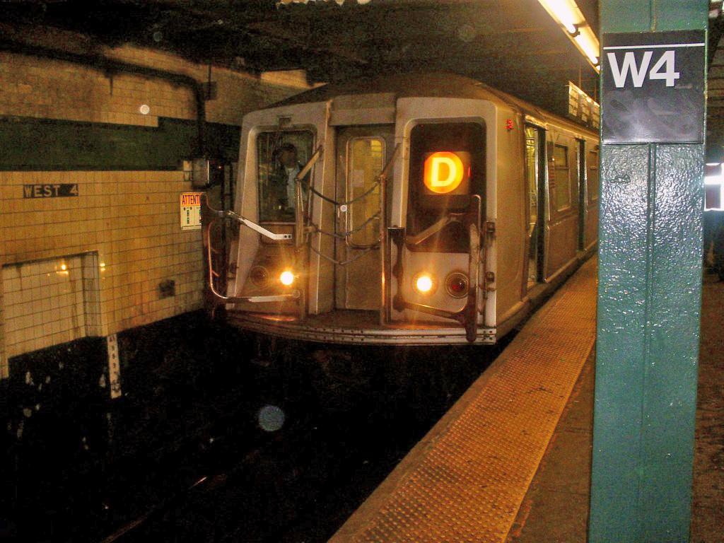 (281k, 1024x768)<br><b>Country:</b> United States<br><b>City:</b> New York<br><b>System:</b> New York City Transit<br><b>Line:</b> IND 6th Avenue Line<br><b>Location:</b> West 4th Street/Washington Square <br><b>Route:</b> D<br><b>Car:</b> R-40 (St. Louis, 1968)  4202 <br><b>Photo by:</b> Christopher Henderson<br><b>Date:</b> 1/6/2008<br><b>Viewed (this week/total):</b> 0 / 1840