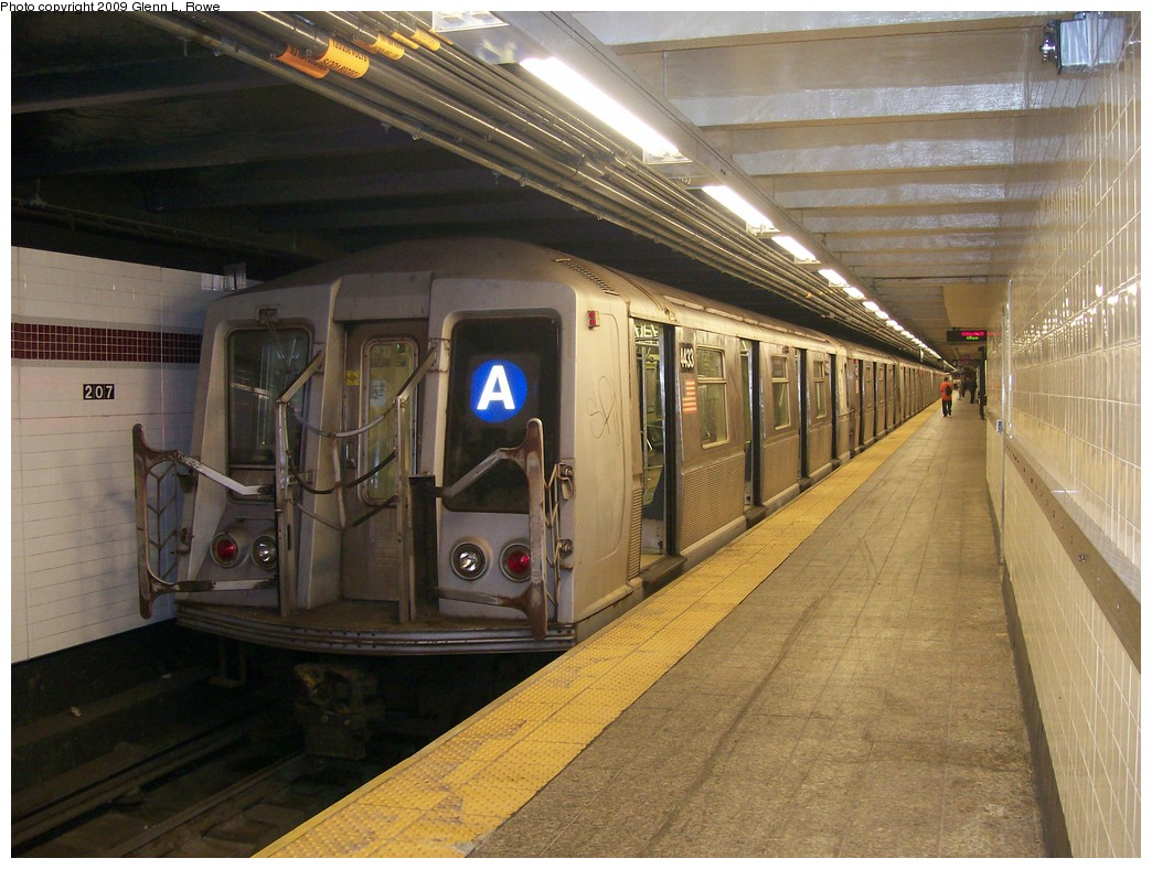 (223k, 1044x788)<br><b>Country:</b> United States<br><b>City:</b> New York<br><b>System:</b> New York City Transit<br><b>Line:</b> IND 8th Avenue Line<br><b>Location:</b> 207th Street <br><b>Route:</b> A<br><b>Car:</b> R-40 (St. Louis, 1968)  4433 <br><b>Photo by:</b> Glenn L. Rowe<br><b>Date:</b> 5/22/2009<br><b>Viewed (this week/total):</b> 2 / 915