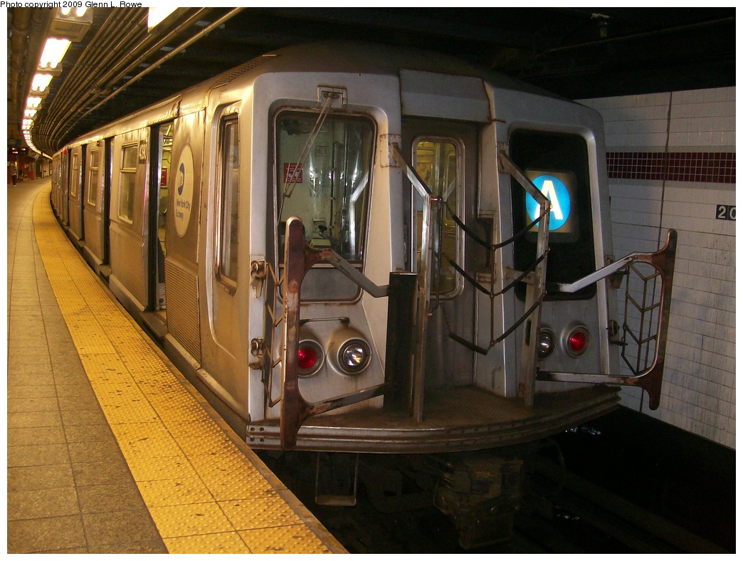 (219k, 1044x788)<br><b>Country:</b> United States<br><b>City:</b> New York<br><b>System:</b> New York City Transit<br><b>Line:</b> IND 8th Avenue Line<br><b>Location:</b> 207th Street <br><b>Route:</b> A<br><b>Car:</b> R-40 (St. Louis, 1968)  4390 <br><b>Photo by:</b> Glenn L. Rowe<br><b>Date:</b> 5/22/2009<br><b>Viewed (this week/total):</b> 0 / 701