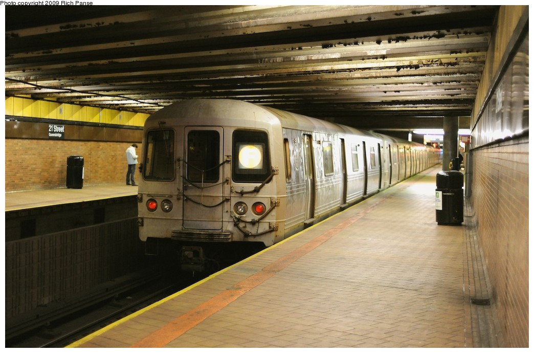 (179k, 1044x690)<br><b>Country:</b> United States<br><b>City:</b> New York<br><b>System:</b> New York City Transit<br><b>Line:</b> IND 63rd Street<br><b>Location:</b> 21st Street/Queensbridge <br><b>Route:</b> F<br><b>Car:</b> R-46 (Pullman-Standard, 1974-75)  <br><b>Photo by:</b> Richard Panse<br><b>Date:</b> 3/30/2009<br><b>Viewed (this week/total):</b> 0 / 1302