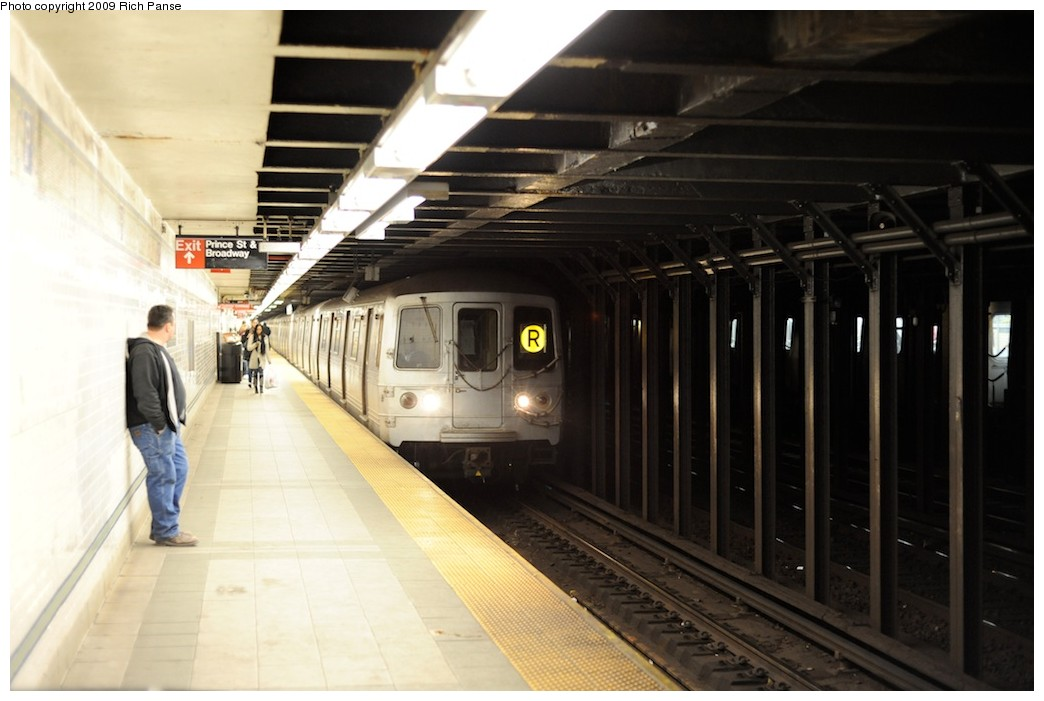 (143k, 1044x701)<br><b>Country:</b> United States<br><b>City:</b> New York<br><b>System:</b> New York City Transit<br><b>Line:</b> BMT Broadway Line<br><b>Location:</b> Prince Street <br><b>Route:</b> R<br><b>Car:</b> R-46 (Pullman-Standard, 1974-75)  <br><b>Photo by:</b> Richard Panse<br><b>Date:</b> 3/31/2009<br><b>Viewed (this week/total):</b> 1 / 2007