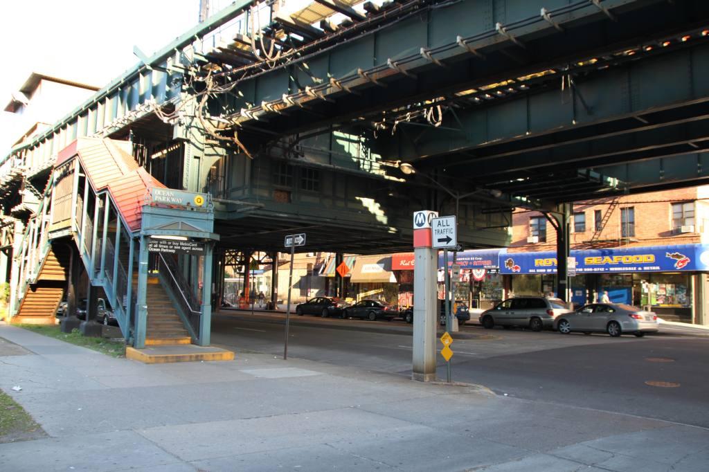 (123k, 1024x682)<br><b>Country:</b> United States<br><b>City:</b> New York<br><b>System:</b> New York City Transit<br><b>Line:</b> BMT Brighton Line<br><b>Location:</b> Ocean Parkway <br><b>Photo by:</b> Robbie Rosenfeld<br><b>Date:</b> 5/21/2009<br><b>Notes:</b> Station entrance.<br><b>Viewed (this week/total):</b> 2 / 1648