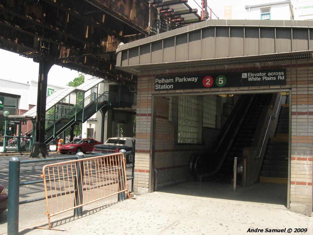 (255k, 1024x768)<br><b>Country:</b> United States<br><b>City:</b> New York<br><b>System:</b> New York City Transit<br><b>Line:</b> IRT White Plains Road Line<br><b>Location:</b> Pelham Parkway <br><b>Photo by:</b> Andre Samuel<br><b>Date:</b> 5/25/2009<br><b>Notes:</b> Station entrance.<br><b>Viewed (this week/total):</b> 1 / 2103
