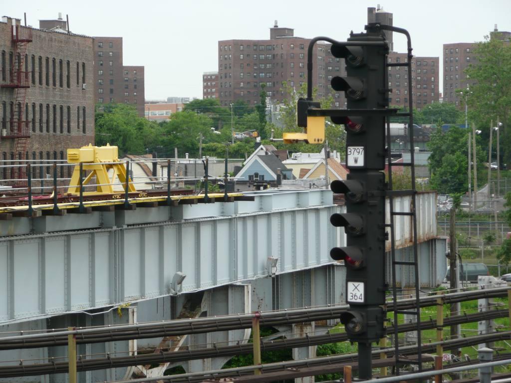 (143k, 1024x768)<br><b>Country:</b> United States<br><b>City:</b> New York<br><b>System:</b> New York City Transit<br><b>Line:</b> IRT White Plains Road Line<br><b>Location:</b> East 180th Street <br><b>Photo by:</b> Robbie Rosenfeld<br><b>Date:</b> 6/4/2009<br><b>Notes:</b> Bumper block on former NYW&B track.<br><b>Viewed (this week/total):</b> 0 / 1697