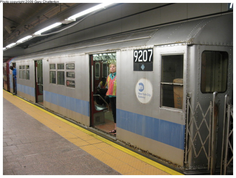 (125k, 820x620)<br><b>Country:</b> United States<br><b>City:</b> New York<br><b>System:</b> New York City Transit<br><b>Line:</b> IRT West Side Line<br><b>Location:</b> South Ferry (New Station) <br><b>Route:</b> Fan Trip<br><b>Car:</b> R-33 Main Line (St. Louis, 1962-63) 9207 <br><b>Photo by:</b> Gary Chatterton<br><b>Date:</b> 6/20/2009<br><b>Viewed (this week/total):</b> 2 / 2219