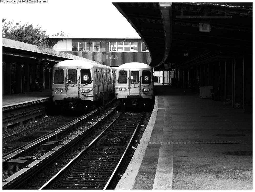 (212k, 1044x788)<br><b>Country:</b> United States<br><b>City:</b> New York<br><b>System:</b> New York City Transit<br><b>Line:</b> IND Rockaway<br><b>Location:</b> Broad Channel <br><b>Route:</b> S<br><b>Car:</b> R-44 (St. Louis, 1971-73) 5322/5336 <br><b>Photo by:</b> Zach Summer<br><b>Date:</b> 6/8/2009<br><b>Viewed (this week/total):</b> 3 / 1232