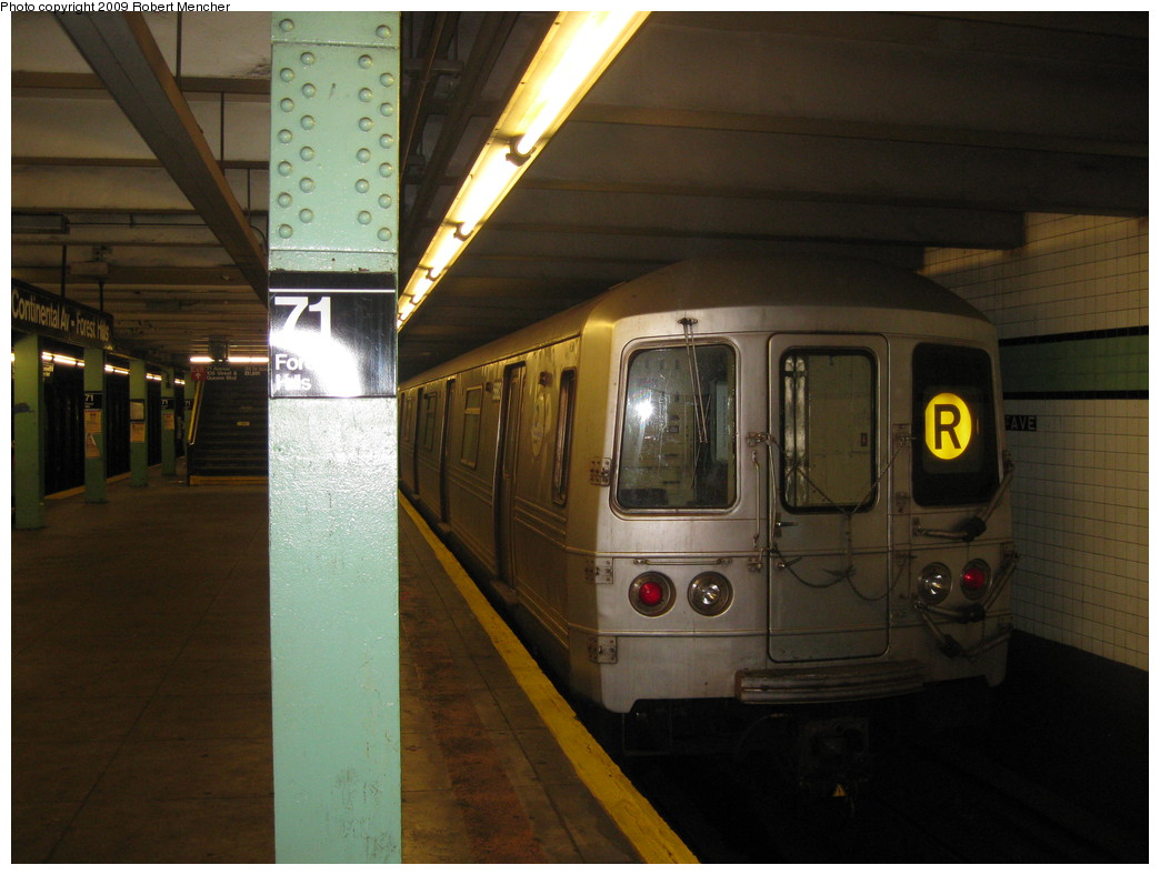 (189k, 1044x788)<br><b>Country:</b> United States<br><b>City:</b> New York<br><b>System:</b> New York City Transit<br><b>Line:</b> IND Queens Boulevard Line<br><b>Location:</b> 71st/Continental Aves./Forest Hills <br><b>Route:</b> R<br><b>Car:</b> R-46 (Pullman-Standard, 1974-75) 5682 <br><b>Photo by:</b> Robert Mencher<br><b>Date:</b> 7/4/2009<br><b>Viewed (this week/total):</b> 3 / 1345
