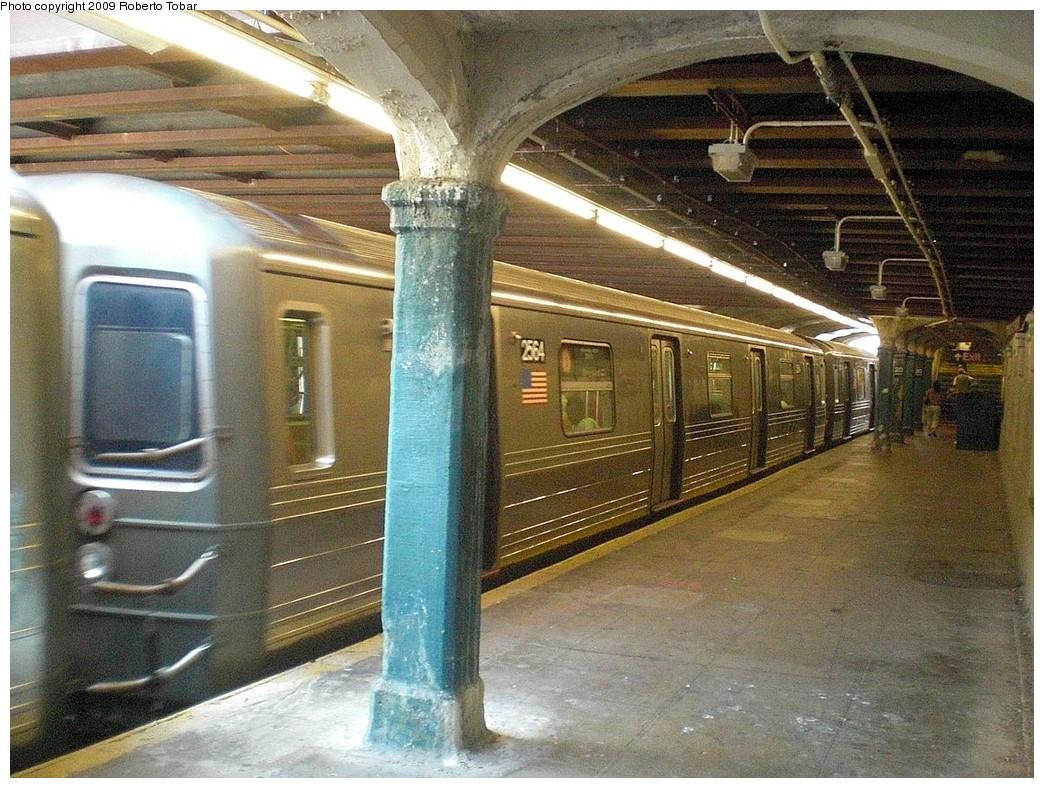 (312k, 1044x788)<br><b>Country:</b> United States<br><b>City:</b> New York<br><b>System:</b> New York City Transit<br><b>Line:</b> BMT Sea Beach Line<br><b>Location:</b> 20th Avenue <br><b>Route:</b> D reroute<br><b>Car:</b> R-68 (Westinghouse-Amrail, 1986-1988)  2564 <br><b>Photo by:</b> Roberto C. Tobar<br><b>Date:</b> 7/18/2009<br><b>Viewed (this week/total):</b> 0 / 1211