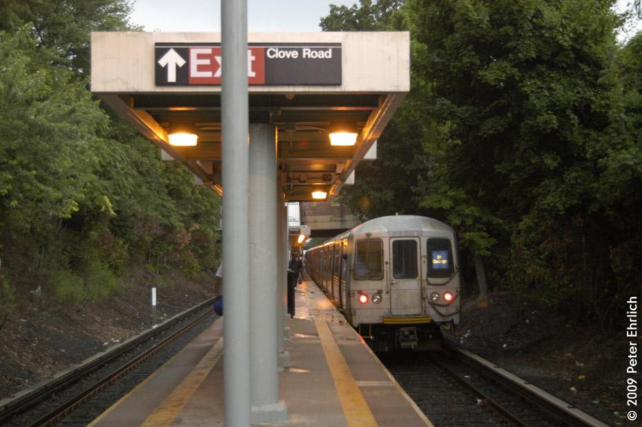 (201k, 930x618)<br><b>Country:</b> United States<br><b>City:</b> New York<br><b>System:</b> New York City Transit<br><b>Line:</b> SIRT<br><b>Location:</b> Grasmere <br><b>Car:</b> R-44 SIRT (St. Louis, 1971-1973) 410 <br><b>Photo by:</b> Peter Ehrlich<br><b>Date:</b> 7/29/2009<br><b>Notes:</b> Inbound<br><b>Viewed (this week/total):</b> 3 / 1886