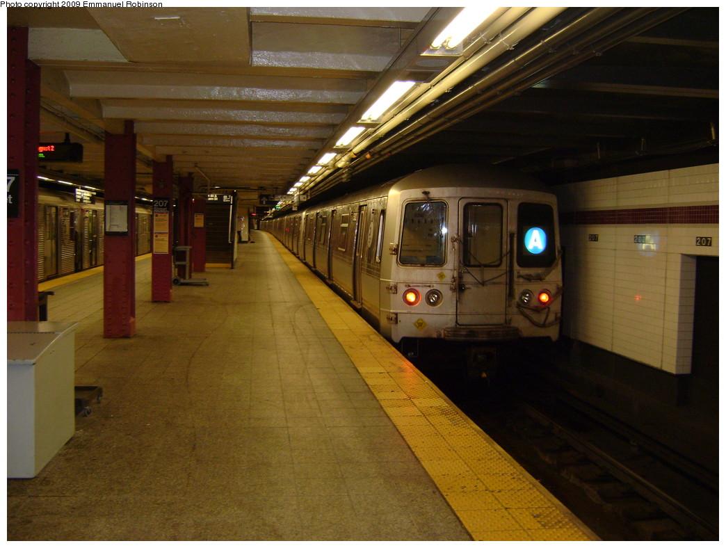 (229k, 1044x788)<br><b>Country:</b> United States<br><b>City:</b> New York<br><b>System:</b> New York City Transit<br><b>Line:</b> IND 8th Avenue Line<br><b>Location:</b> 207th Street <br><b>Route:</b> A<br><b>Car:</b> R-44 (St. Louis, 1971-73)  <br><b>Photo by:</b> Emmanuel Robinson<br><b>Date:</b> 1/17/2008<br><b>Viewed (this week/total):</b> 0 / 900