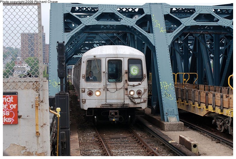 (177k, 820x552)<br><b>Country:</b> United States<br><b>City:</b> New York<br><b>System:</b> New York City Transit<br><b>Line:</b> IND Crosstown Line<br><b>Location:</b> Smith/9th Street <br><b>Route:</b> G<br><b>Car:</b> R-46 (Pullman-Standard, 1974-75)  <br><b>Photo by:</b> Richard Chase<br><b>Date:</b> 5/16/2009<br><b>Viewed (this week/total):</b> 0 / 1462