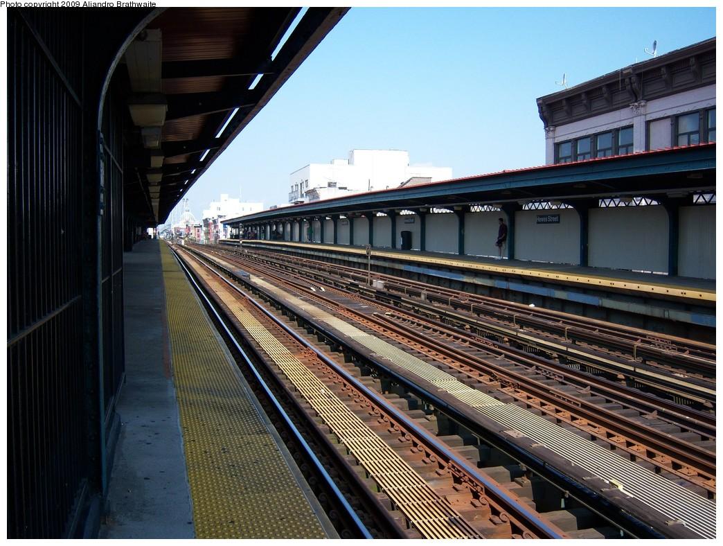 (279k, 1044x788)<br><b>Country:</b> United States<br><b>City:</b> New York<br><b>System:</b> New York City Transit<br><b>Line:</b> BMT Nassau Street/Jamaica Line<br><b>Location:</b> Hewes Street <br><b>Photo by:</b> Aliandro Brathwaite<br><b>Date:</b> 8/26/2009<br><b>Viewed (this week/total):</b> 0 / 648