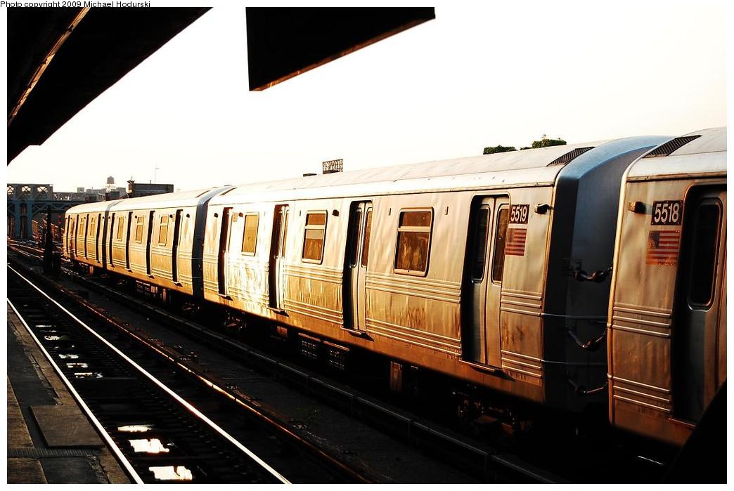 (204k, 1044x699)<br><b>Country:</b> United States<br><b>City:</b> New York<br><b>System:</b> New York City Transit<br><b>Line:</b> IND Crosstown Line<br><b>Location:</b> 4th Avenue <br><b>Route:</b> G<br><b>Car:</b> R-46 (Pullman-Standard, 1974-75) 5519 <br><b>Photo by:</b> Michael Hodurski<br><b>Date:</b> 6/8/2009<br><b>Viewed (this week/total):</b> 3 / 1029