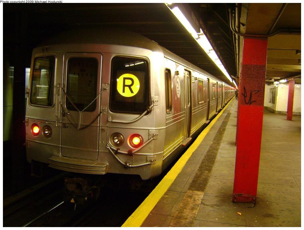 (212k, 1044x788)<br><b>Country:</b> United States<br><b>City:</b> New York<br><b>System:</b> New York City Transit<br><b>Line:</b> IND Queens Boulevard Line<br><b>Location:</b> 36th Street <br><b>Route:</b> R<br><b>Car:</b> R-46 (Pullman-Standard, 1974-75) 5934 <br><b>Photo by:</b> Michael Hodurski<br><b>Date:</b> 8/25/2009<br><b>Viewed (this week/total):</b> 2 / 1349