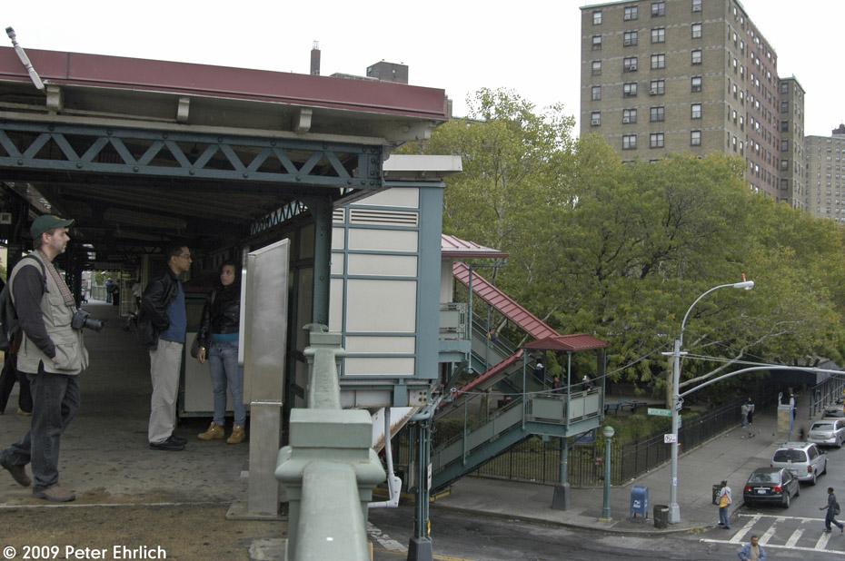 (206k, 930x618)<br><b>Country:</b> United States<br><b>City:</b> New York<br><b>System:</b> New York City Transit<br><b>Line:</b> IRT White Plains Road Line<br><b>Location:</b> Jackson Avenue <br><b>Photo by:</b> Peter Ehrlich<br><b>Date:</b> 10/9/2009<br><b>Notes:</b> Stairway to outbound Jackson Avenue Station, White Plains Road IRT.<br><b>Viewed (this week/total):</b> 0 / 1374