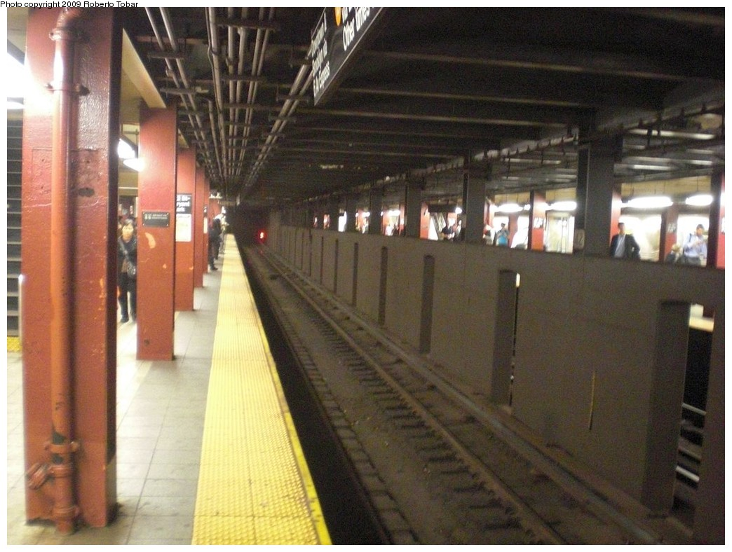 (242k, 1044x788)<br><b>Country:</b> United States<br><b>City:</b> New York<br><b>System:</b> New York City Transit<br><b>Line:</b> IND 6th Avenue Line<br><b>Location:</b> 42nd Street/Bryant Park <br><b>Photo by:</b> Roberto C. Tobar<br><b>Date:</b> 9/25/2009<br><b>Viewed (this week/total):</b> 1 / 820