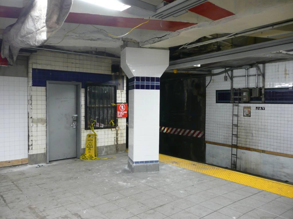 (110k, 1024x768)<br><b>Country:</b> United States<br><b>City:</b> New York<br><b>System:</b> New York City Transit<br><b>Line:</b> IND 8th Avenue Line<br><b>Location:</b> Jay St./Metrotech (Borough Hall) <br><b>Photo by:</b> Robbie Rosenfeld<br><b>Date:</b> 10/29/2009<br><b>Notes:</b> Old tower<br><b>Viewed (this week/total):</b> 3 / 1401