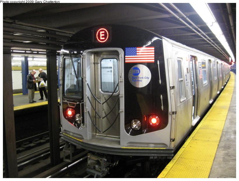 (141k, 820x620)<br><b>Country:</b> United States<br><b>City:</b> New York<br><b>System:</b> New York City Transit<br><b>Line:</b> IND Queens Boulevard Line<br><b>Location:</b> Union Turnpike/Kew Gardens <br><b>Route:</b> E<br><b>Car:</b> R-160B (Option 2) (Kawasaki, 2009)  9833 <br><b>Photo by:</b> Gary Chatterton<br><b>Date:</b> 10/29/2009<br><b>Viewed (this week/total):</b> 0 / 1781