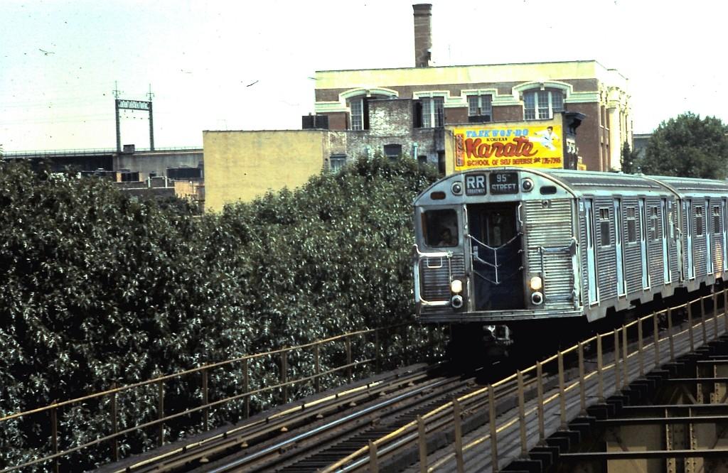 (221k, 1024x666)<br><b>Country:</b> United States<br><b>City:</b> New York<br><b>System:</b> New York City Transit<br><b>Line:</b> BMT Astoria Line<br><b>Location:</b> Astoria Boulevard/Hoyt Avenue <br><b>Route:</b> RR<br><b>Car:</b> R-32 (Budd, 1964)   <br><b>Collection of:</b> John Barnes<br><b>Date:</b> 8/3/1977<br><b>Viewed (this week/total):</b> 3 / 2651