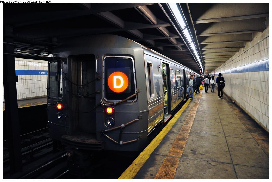 (232k, 1044x700)<br><b>Country:</b> United States<br><b>City:</b> New York<br><b>System:</b> New York City Transit<br><b>Line:</b> IND 6th Avenue Line<br><b>Location:</b> Grand Street <br><b>Route:</b> D<br><b>Car:</b> R-68 (Westinghouse-Amrail, 1986-1988)  2524 <br><b>Photo by:</b> Zach Summer<br><b>Date:</b> 10/25/2009<br><b>Viewed (this week/total):</b> 3 / 1996
