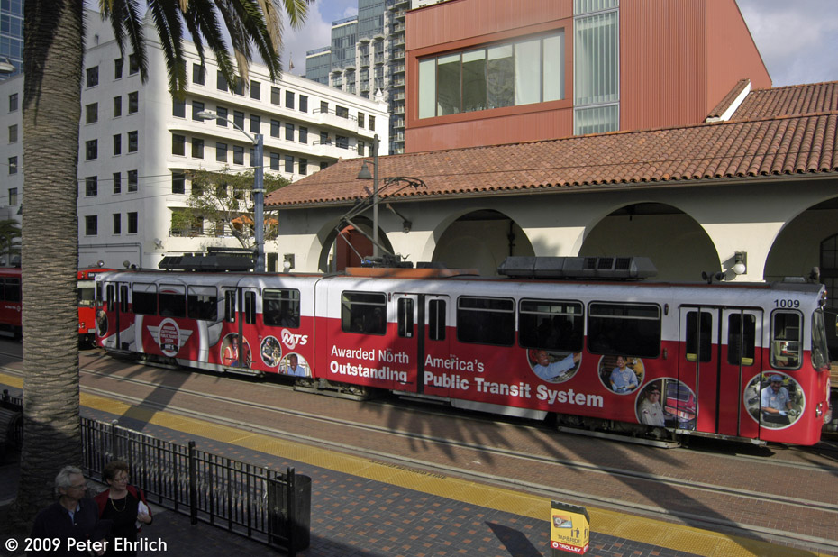 (222k, 930x618)<br><b>Country:</b> United States<br><b>City:</b> San Diego, CA<br><b>System:</b> San Diego Trolley<br><b>Line:</b> San Diego Trolley-Blue Line<br><b>Location:</b> Santa Fe Depot <br><b>Car:</b> Siemens U2  1009 <br><b>Photo by:</b> Peter Ehrlich<br><b>Date:</b> 11/13/2009<br><b>Notes:</b> Inbound<br><b>Viewed (this week/total):</b> 1 / 653