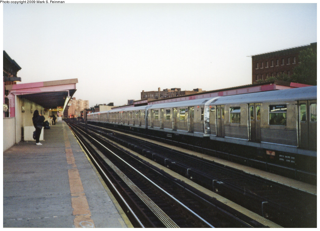 (215k, 1044x756)<br><b>Country:</b> United States<br><b>City:</b> New York<br><b>System:</b> New York City Transit<br><b>Line:</b> BMT Nassau Street/Jamaica Line<br><b>Location:</b> Marcy Avenue <br><b>Route:</b> M<br><b>Car:</b> R-42 (St. Louis, 1969-1970)  4677-4676 <br><b>Photo by:</b> Mark S. Feinman<br><b>Date:</b> 1993<br><b>Viewed (this week/total):</b> 4 / 1326