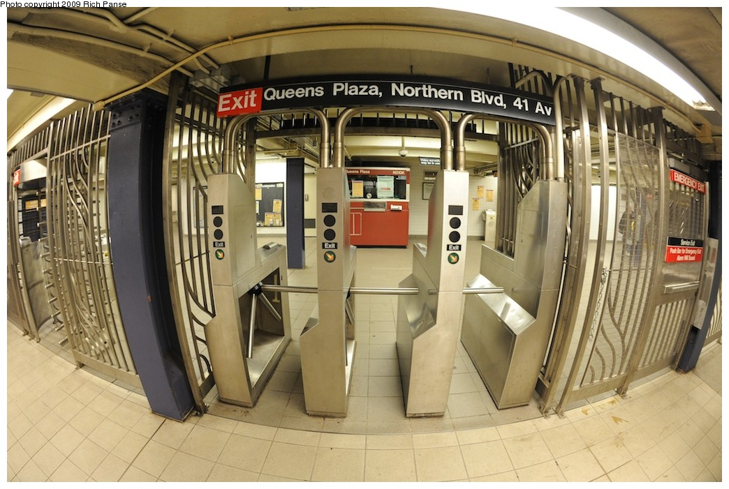 (200k, 1044x701)<br><b>Country:</b> United States<br><b>City:</b> New York<br><b>System:</b> New York City Transit<br><b>Line:</b> IND Queens Boulevard Line<br><b>Location:</b> Queens Plaza <br><b>Photo by:</b> Richard Panse<br><b>Date:</b> 12/13/2009<br><b>Viewed (this week/total):</b> 2 / 903