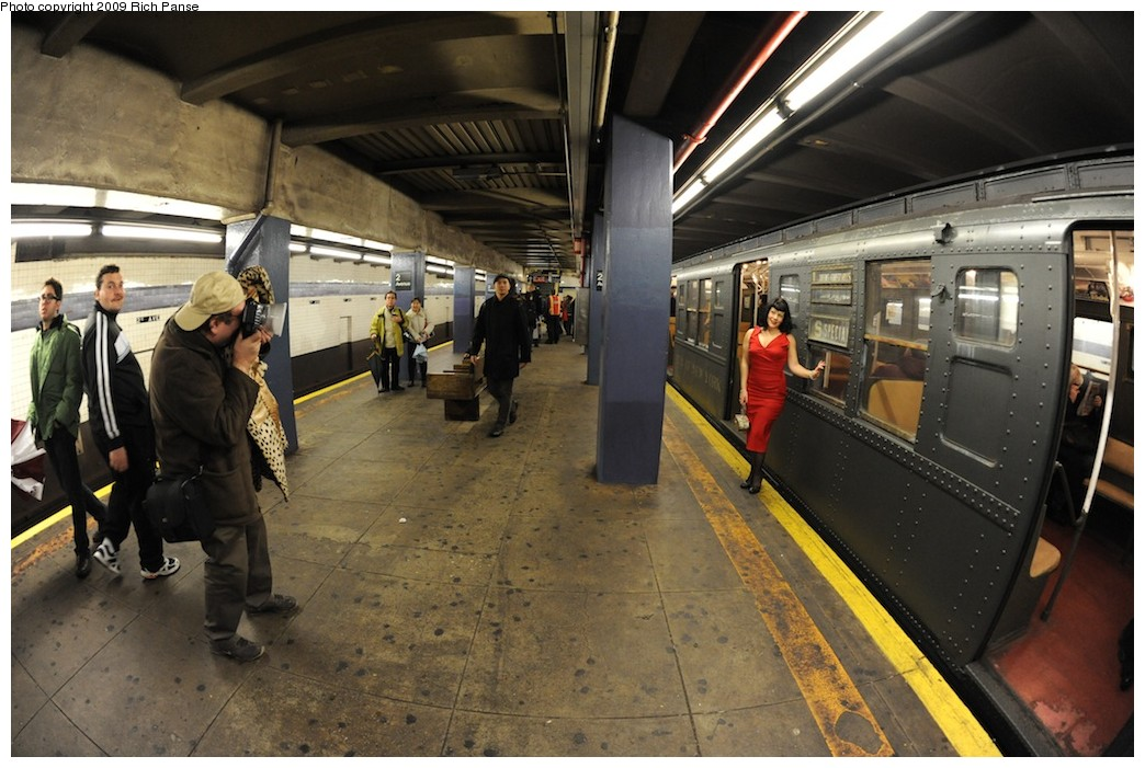 (194k, 1044x701)<br><b>Country:</b> United States<br><b>City:</b> New York<br><b>System:</b> New York City Transit<br><b>Line:</b> IND 6th Avenue Line<br><b>Location:</b> 2nd Avenue <br><b>Photo by:</b> Richard Panse<br><b>Date:</b> 12/13/2009<br><b>Viewed (this week/total):</b> 0 / 786