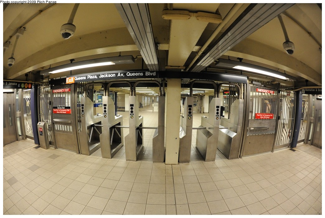 (188k, 1044x701)<br><b>Country:</b> United States<br><b>City:</b> New York<br><b>System:</b> New York City Transit<br><b>Line:</b> IND Queens Boulevard Line<br><b>Location:</b> Queens Plaza <br><b>Photo by:</b> Richard Panse<br><b>Date:</b> 12/13/2009<br><b>Viewed (this week/total):</b> 0 / 713