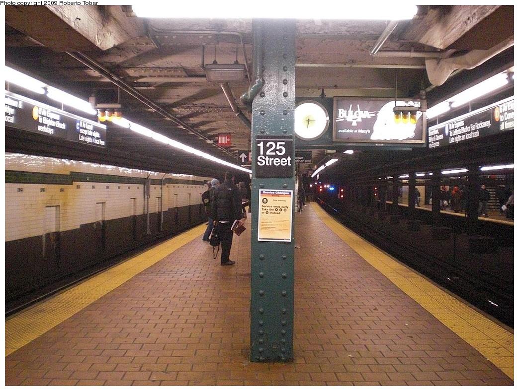 (331k, 1044x788)<br><b>Country:</b> United States<br><b>City:</b> New York<br><b>System:</b> New York City Transit<br><b>Line:</b> IND 8th Avenue Line<br><b>Location:</b> 125th Street <br><b>Photo by:</b> Roberto C. Tobar<br><b>Date:</b> 12/19/2009<br><b>Viewed (this week/total):</b> 0 / 1946