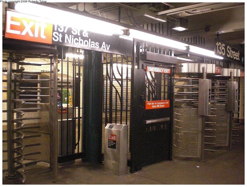 (338k, 1044x788)<br><b>Country:</b> United States<br><b>City:</b> New York<br><b>System:</b> New York City Transit<br><b>Line:</b> IND 8th Avenue Line<br><b>Location:</b> 135th Street <br><b>Photo by:</b> Roberto C. Tobar<br><b>Date:</b> 12/19/2009<br><b>Viewed (this week/total):</b> 0 / 1311