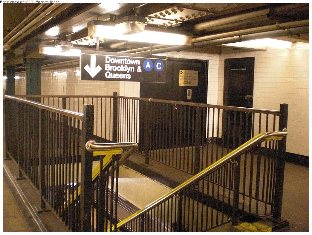 (334k, 1044x788)<br><b>Country:</b> United States<br><b>City:</b> New York<br><b>System:</b> New York City Transit<br><b>Line:</b> IND 8th Avenue Line<br><b>Location:</b> 168th Street <br><b>Photo by:</b> Roberto C. Tobar<br><b>Date:</b> 12/19/2009<br><b>Viewed (this week/total):</b> 0 / 1292