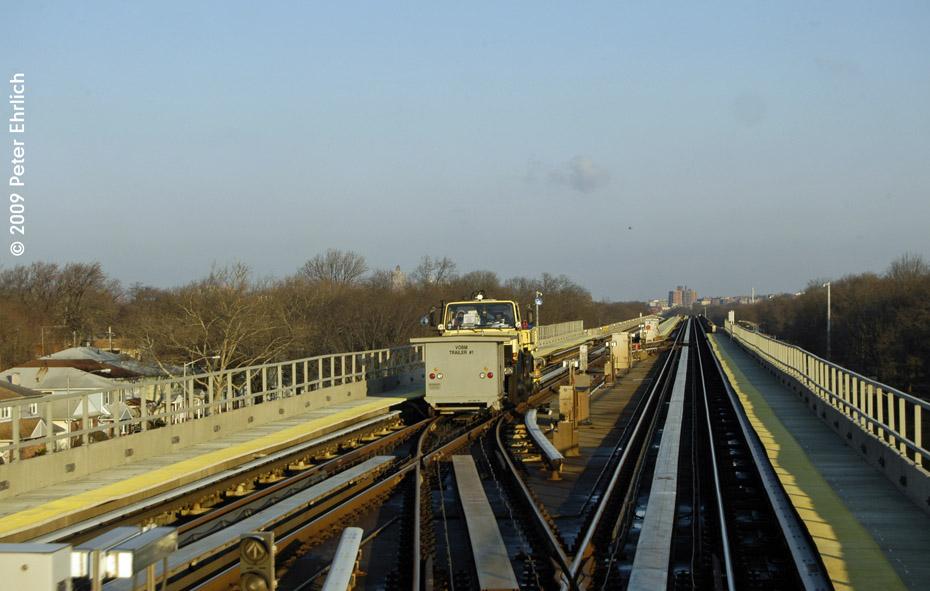 (144k, 930x591)<br><b>Country:</b> United States<br><b>City:</b> New York<br><b>System:</b> JFK Airtrain<br><b>Location:</b> Between Jamaica & Federal Circle <br><b>Photo by:</b> Peter Ehrlich<br><b>Date:</b> 12/6/2009<br><b>Notes:</b> Work crew on the inbound track.<br><b>Viewed (this week/total):</b> 0 / 991