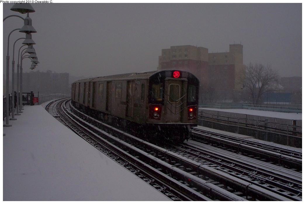 (176k, 1044x701)<br><b>Country:</b> United States<br><b>City:</b> New York<br><b>System:</b> New York City Transit<br><b>Line:</b> IRT White Plains Road Line<br><b>Location:</b> West Farms Sq./East Tremont Ave./177th St. <br><b>Route:</b> 5<br><b>Car:</b> R-142 (Primary Order, Bombardier, 1999-2002)  6725 <br><b>Photo by:</b> Oswaldo C.<br><b>Date:</b> 12/31/2009<br><b>Viewed (this week/total):</b> 0 / 1507
