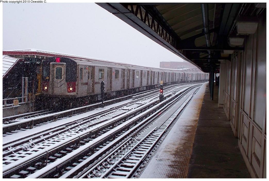 (283k, 1044x701)<br><b>Country:</b> United States<br><b>City:</b> New York<br><b>System:</b> New York City Transit<br><b>Line:</b> IRT White Plains Road Line<br><b>Location:</b> West Farms Sq./East Tremont Ave./177th St. <br><b>Route:</b> 5<br><b>Car:</b> R-142 (Primary Order, Bombardier, 1999-2002)  6721 <br><b>Photo by:</b> Oswaldo C.<br><b>Date:</b> 12/31/2009<br><b>Viewed (this week/total):</b> 1 / 1379