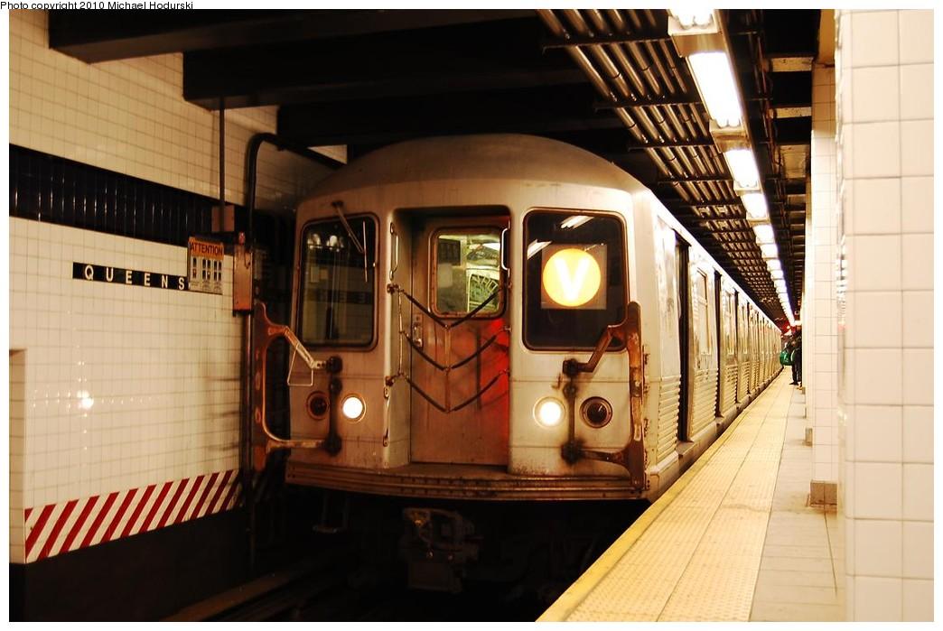 (199k, 1044x699)<br><b>Country:</b> United States<br><b>City:</b> New York<br><b>System:</b> New York City Transit<br><b>Line:</b> IND Queens Boulevard Line<br><b>Location:</b> Queens Plaza <br><b>Route:</b> V<br><b>Car:</b> R-42 (St. Louis, 1969-1970)  4551 <br><b>Photo by:</b> Michael Hodurski<br><b>Date:</b> 12/9/2009<br><b>Viewed (this week/total):</b> 0 / 1199