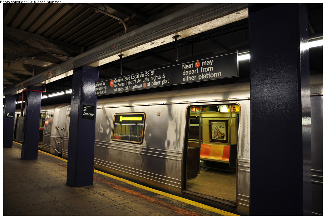 (229k, 1044x700)<br><b>Country:</b> United States<br><b>City:</b> New York<br><b>System:</b> New York City Transit<br><b>Line:</b> IND 6th Avenue Line<br><b>Location:</b> 2nd Avenue <br><b>Route:</b> V<br><b>Car:</b> R-46 (Pullman-Standard, 1974-75) 5918 <br><b>Photo by:</b> Zach Summer<br><b>Date:</b> 1/6/2010<br><b>Viewed (this week/total):</b> 0 / 1386